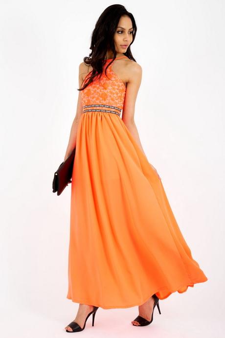 Dat is ook een goede invalshoek als je denkt aan het model van de oranje jurk die jij zoekt. Vooral als het een jurk is voor vrije tijd, kun je de meest originele combinaties verzinnen. Neem bijvoorbeeld hoge veterschoenen onder een gebreide jurk met meerdere tinten.
