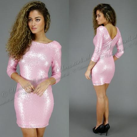 Jurkjes zijn voor vrouwen het meest vrouwelijke en veelzijdige kledingstuk. Een jurkje laat iedere vrouw van haar beste kant zien. Jurkjes zijn zowel elegant als stijlvol en daarom ook zeer populair als outfit bij speciale- en feestelijke gelegenheden.